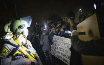 Ανεξέλεγκτη η κατάσταση στις ΗΠΑ: Νεκρός από αστυνομικά πυρά νεαρός αφροαμερικανός στο Λος Άντζελες