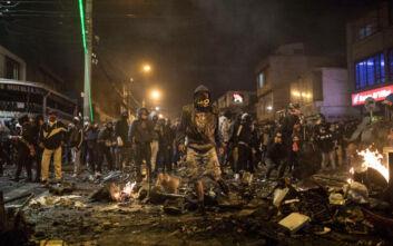 Δακρυγόνα και άγριες συγκρούσεις στην Κολομβία μετά το θάνατο άνδρα από χέρια αστυνομικών