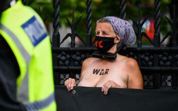 Γυμνόστηθες ακτιβίστριες για το κλίμα αλυσοδέθηκαν έξω από το βρετανικό Κοινοβούλιο