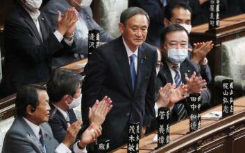 Ο πιστός «υπαρχηγός» του Σίνζο Άμπε που εξελέγη σήμερα πρωθυπουργός της Ιαπωνίας