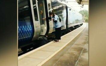 Βρέθηκε κάτω από τρένο για να «σώσει» τα ψώνια της