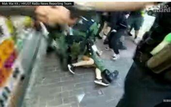 Σοκαριστικές εικόνες αστυνομικής βίας στο Χονγκ Κονγκ: Αστυνομικοί ισοπεδώνουν 12χρονη μαθήτρια