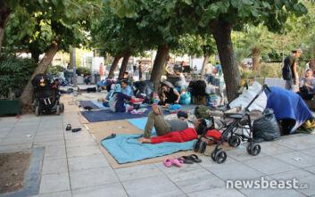 Η πλατεία Βικτωρίας γέμισε ξανά με πρόσφυγες που ψάχνουν καταφύγιο