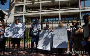 Παράσταση διαμαρτυρίας στο υπουργείο Εσωτερικών μεταναστριών σχολικών καθαριστριών