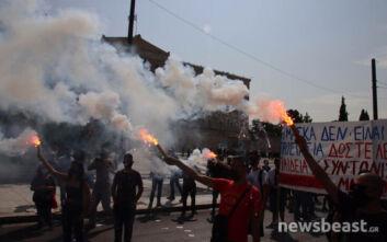 Πανεκπαιδευτικό συλλαλητήριο: Με καπνογόνα μπροστά στη Βουλή μαθητές και γονείς
