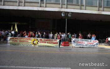 Έξω από το υπουργείο Εργασίας οι εργαζόμενοι στον τουρισμό-επισιτισμό