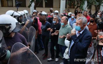 Παραμένει κόσμος έξω από το υπουργείο Υγείας για τη συγκέντρωση της ΠΟΕΔΗΝ