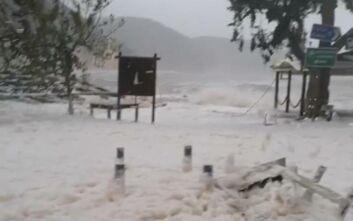 Κακοκαιρία Ιανός: Παραλία στην Ιθάκη γέμισε με αφρούς - Το ιδιαίτερο φαινόμενο Cappuccino Coast