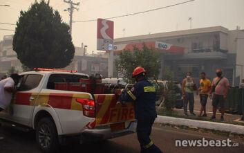 Δύο μηνύματα του 112 στους κατοίκους του Σαρωνικού: Μαίνεται η μεγάλη φωτιά - Τους ζητούν να πάνε στην παραλία της Παλαιάς Φώκαιας