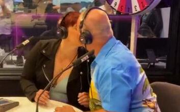 Πατέρας και κόρη φιλήθηκαν σαν ζευγάρι στο στόμα για να κερδίσουν 600 ευρώ
