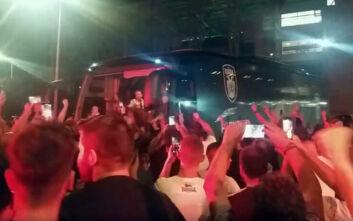 Έξαλλοι πανηγυρισμοί από τους οπαδούς του ΠΑΟΚ έξω από την Τούμπα μετά τη σπουδαία πρόκριση
