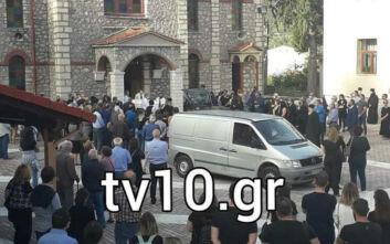 Σε κλίμα οδύνης η κηδεία της άτυχης φαρμακοποιού στο Μουζάκι: Συντετριμμένη η οικογένεια της