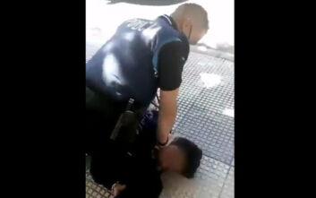 Αστυνομικός πατάει στον λαιμό 14χρονο γιατί δεν φόραγε μάσκα