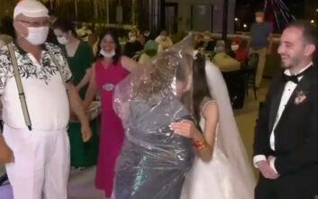 Επικό βίντεο: Όποιος θέλει να φιλήσει τη νύφη φοράει σακούλα