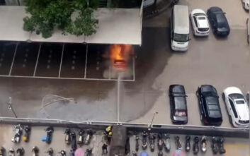 Η στιγμή της έκρηξης ενός κινέζικου ηλεκτρικού αυτοκινήτου ενώ φορτίζει