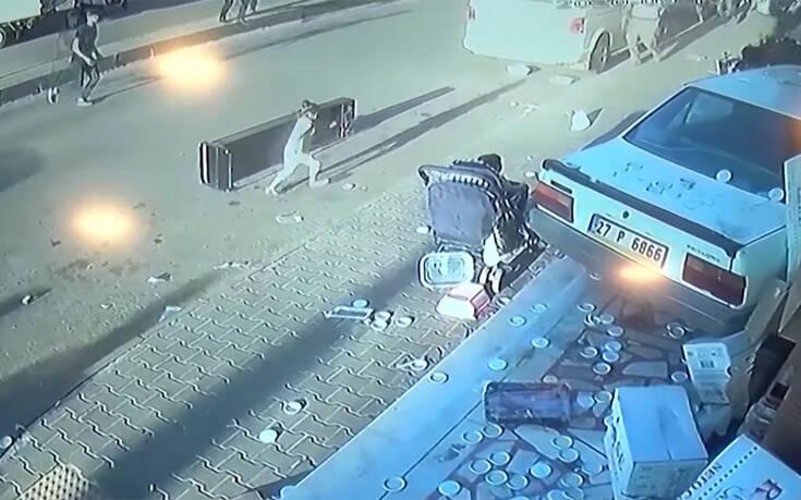 Τρομακτικό βίντεο: Αμάξι περνάει ξυστά από καρότσι με μωρό και πέφτει πάνω σε κατάστημα