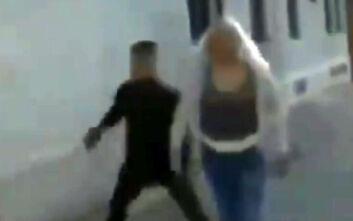 Σοκαριστικό βίντεο με άντρα που γρονθοκοπά γυναίκα που περπατά στον δρόμο
