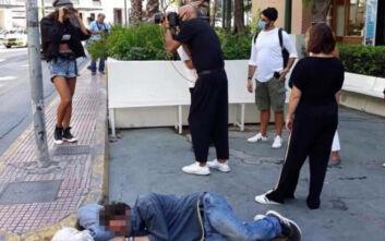 Δημήτρης Σκουλός: Σάλος με τη φωτογράφιση δίπλα σε άστεγο στο κέντρο της Αθήνας