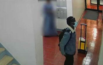 Ο ληστής του ασανσέρ ξαναχτύπησε: Τη βοήθησε με τα ψώνια της για να την... κλέψει