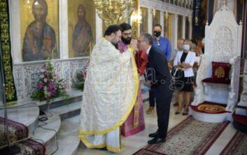 Η φωτογραφία με τον Κουμουτσάκο να κοινωνεί και το σχόλιο Χαρδαλιά: «Όλοι χριστιανοί είμαστε, αλλά δεν κάνουμε επίδειξη της πίστης μας»