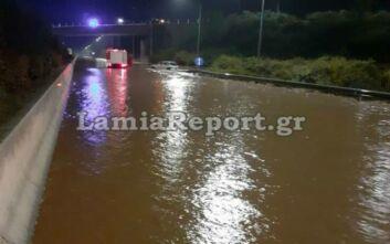 Απίστευτες εικόνες στην εθνική οδό Θεσσαλονίκης - Λαμίας: Ποτάμι λάσπης και αυτοκίνητα σε... αναμονή