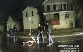 Ακόμα ένας νεκρός από αστυνομική βία στις ΗΠΑ: Συνέλαβαν ολόγυμνο στον δρόμο 41χρονο μαύρο και του έβαλαν σακούλα στο κεφάλι