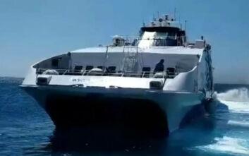 Οι εντυπωσιακές μανούβρες πλοίου που έφευγε από τη Σίκινο - Η «υπόκλιση» του καπετάνιου