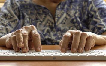 Ο κορονοϊός έκανε ξεφτέρια τους ηλικιωμένους στους υπολογιστές