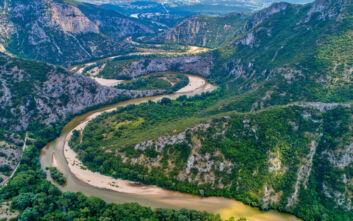 Ο ποταμός που ελίσσεται σαν φίδι και χαρίζει εικόνες που συγκλονίζουν