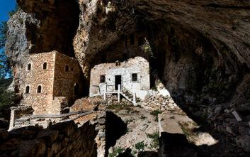Το «κρεμασμένο» μοναστήρι στα βράχια του Πάρνωνα