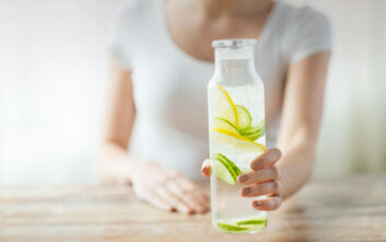Γιατί πρέπει να πίνετε νερό με λεμόνι