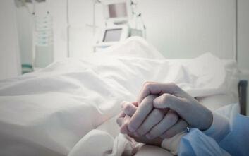 Πατέρας πεθαίνει από καρκίνο - Η οικογένεια πρέπει να διαλέξει ποιο από τα 4 παιδιά του θα τον αποχαιρετήσει