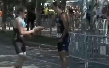 Ο αντίπαλός του έκανε λάθος λίγα μέτρα πριν τον τερματισμό και εκείνος του χάρισε τη θέση του