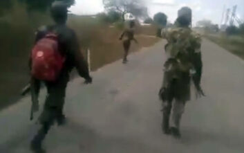 Εικόνες – φρίκη: Άντρες με στρατιωτικές στολές χτυπούν και σκοτώνουν γυμνή γυναίκα