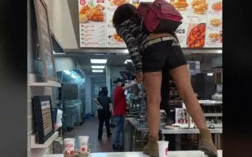 Η στιγμή που γυναίκα ουρλιάζει «πεινάω!» σε εστιατόριο και απειλεί να μαχαιρώσει την υπάλληλο