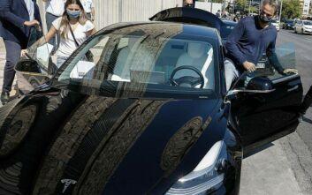 O Κυριάκος Μητσοτάκης αποχωρεί από το ΕΜΣΤ οδηγώντας ένα Tesla