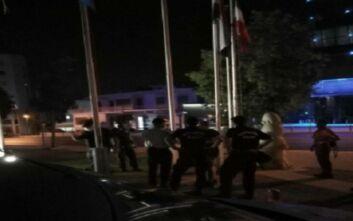 Κύπρος: Μουσουλμάνοι κατέβασαν τη γαλλική σημαία έξω από τη πρεσβεία