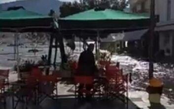 Ισχυρός σεισμός στη Σάμο: Η στιγμή που η θάλασσα βγαίνει για αρκετά μέτρα στη στεριά