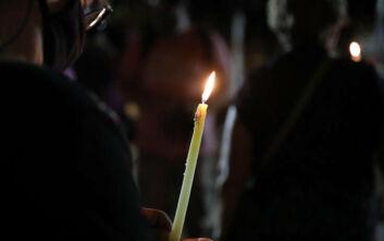 Εκδήλωση στο Σύνταγμα με ένα κερί στο χέρι για τη μνήμη των θυμάτων της Χρυσής Αυγής