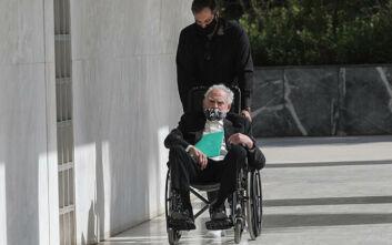 Άκης Τσοχατζόπουλος: Καθήμενος σε αναπηρικό καροτσάκι πέρασε το κατώφλι του Αρείου Πάγου
