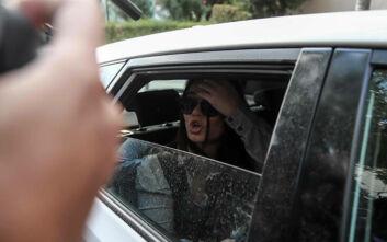 Σόου και ύβρεις από την Ουρανία Μιχαλολιάκου στους δημοσιογράφους για να βγει ο πατέρας της από την πίσω πόρτα