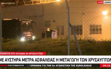 Έφτασαν οι Χρυσαυγίτες στις φυλακές Δομοκού και Μαλανδρίνου - Χυδαίες ύβρεις μέσα από την κλούβα