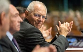Κριτική Σόιμπλε για τη διαχείριση της πανδημίας στη Γερμανία με... πλάγια βέλη στην Μέρκελ