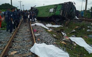 Ταϊλάνδη: Η στιγμή που λεωφορείο συγκρούεται με τρένο - Στους 17 οι νεκροί