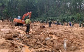Τραγωδία στο Βιετνάμ με πάνω από 100 νεκρούς στις πλημμύρες - Εξαμελής οικογένεια θάφτηκε στη λάσπη ενώ κοιμόταν