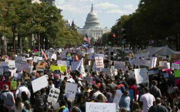 Χιλιάδες γυναίκες διαδήλωσαν κατά της επιλογής του Τραμπ για το Ανώτατο Δικαστήριο