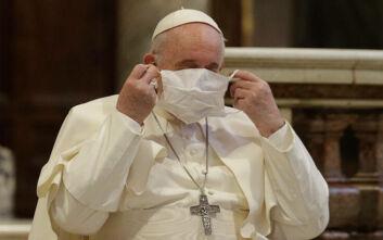 Ο πάπας Φραγκίσκος φόρεσε μάσκα για πρώτη φορά σε δημόσια εκδήλωση