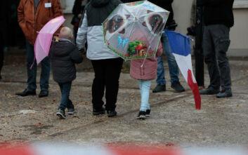 Η Γαλλία τιμά τον καθηγητή που αποκεφαλίστηκε - «Ορφανό πολέμου» ο 5χρονος γιός του