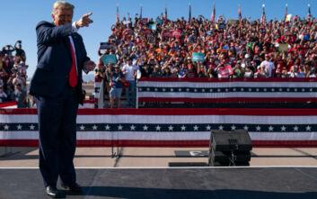 ΗΠΑ: Στριμωγμένος ο κόσμος σε προεκλογική συγκέντρωση του Τραμπ στην Αριζόνα παρά την έξαρση του κορονοϊού
