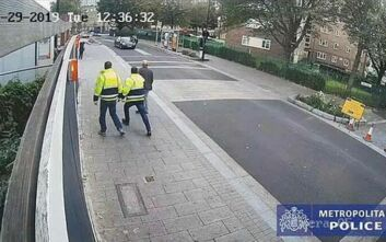 Σοκαριστικό βίντεο με αυτοκίνητο να παρασέρνει αστυνομικό ο οποίος κρεμόταν από το καπό για αρκετά μέτρα